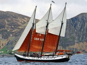 The schooner Trinovante with both fishermans topsails set.